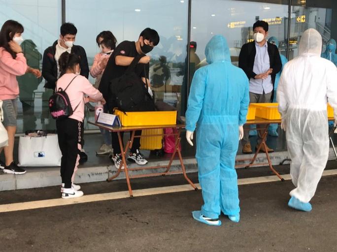 Hơn 400 người từ Hàn Quốc vừa xuống sân bay Vân Đồn được cách ly tại Quảng Ninh - Ảnh 1.