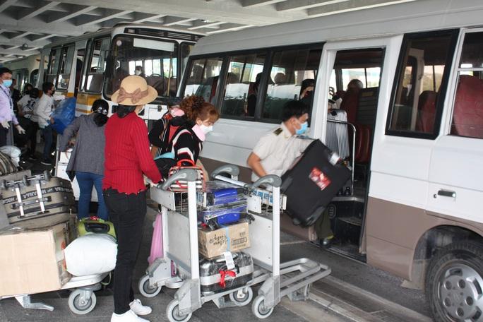 Các chuyến bay về từ Hàn Quốc được đón theo quy trình đặc biệt thế nào? - Ảnh 13.