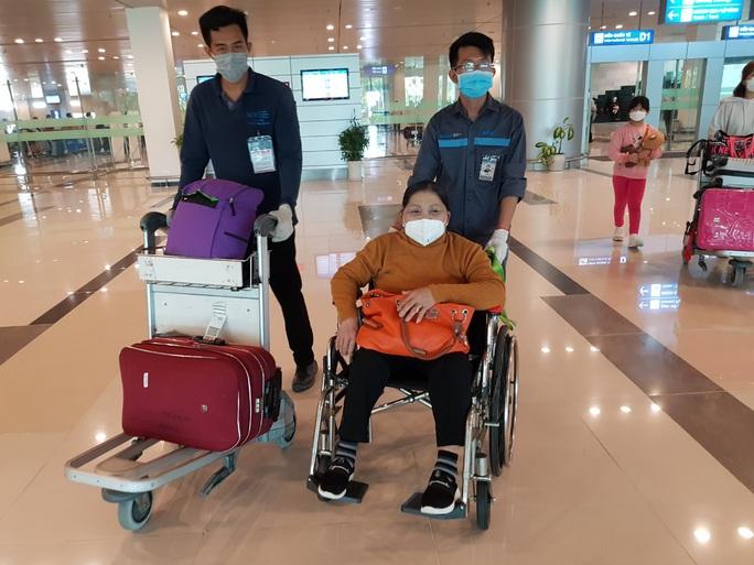 Các chuyến bay về từ Hàn Quốc được đón theo quy trình đặc biệt thế nào? - Ảnh 11.