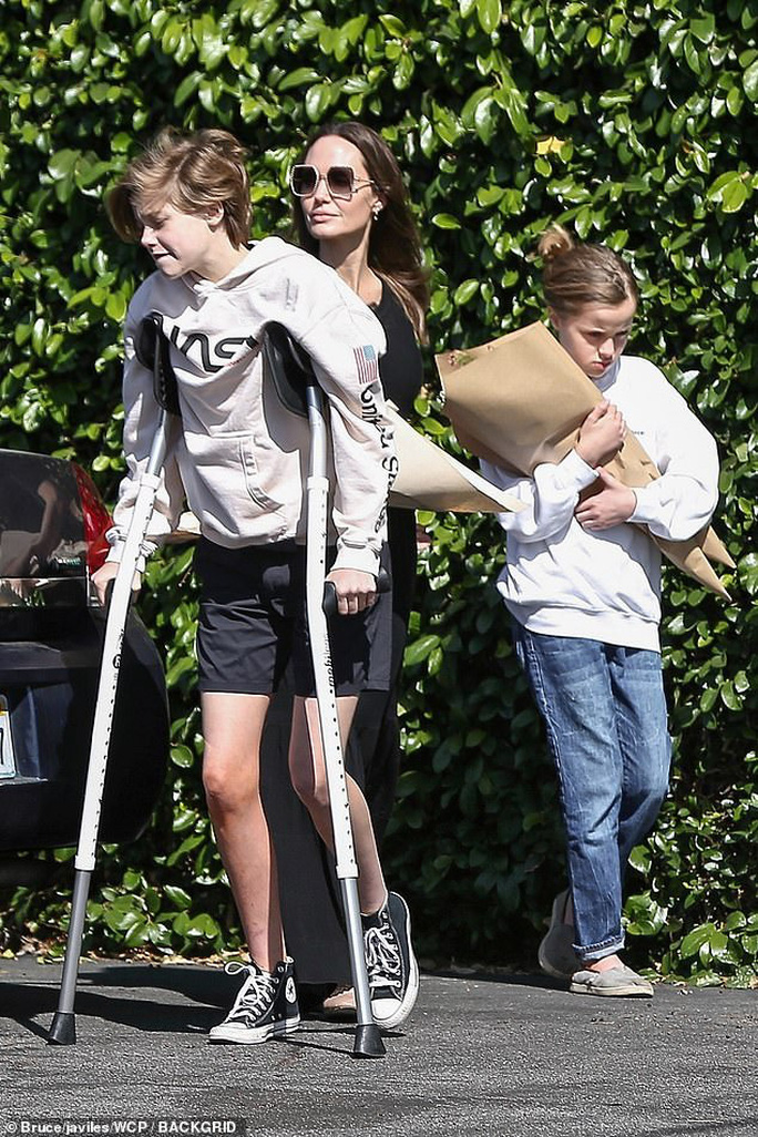 Hai cô con gái của Angelina Jolie phải phẫu thuật - Ảnh 2.