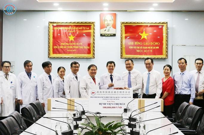 Tổng Lãnh sự Trung Quốc tri ân Bệnh viện Chợ Rẫy cứu chữa 2 bệnh nhân Covid-19 - Ảnh 1.