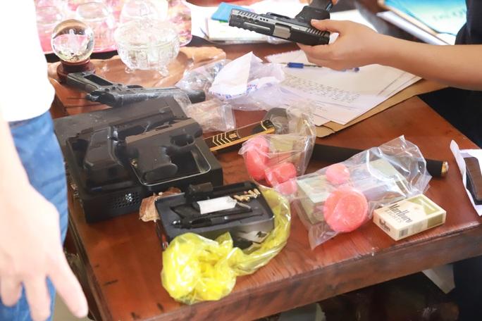 Phát hiện bị vây bắt, ông trùm ma túy ôm 6 khẩu súng cố thủ trong nhà - Ảnh 2.