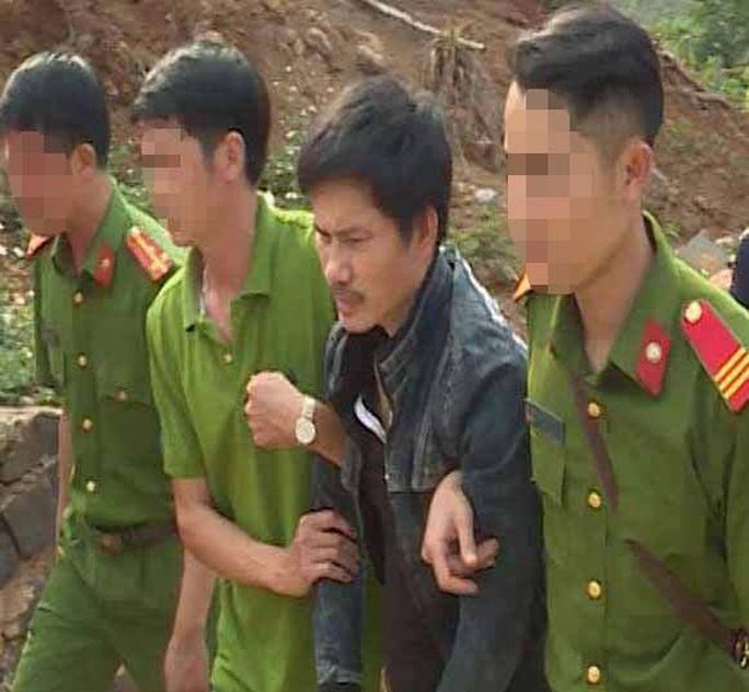 Phát hiện bị vây bắt, ông trùm ma túy ôm 6 khẩu súng cố thủ trong nhà - Ảnh 1.