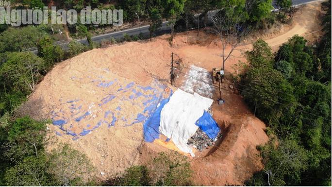 Cận cảnh bãi rác kinh hoàng trên đèo Bảo Lộc - Ảnh 3.