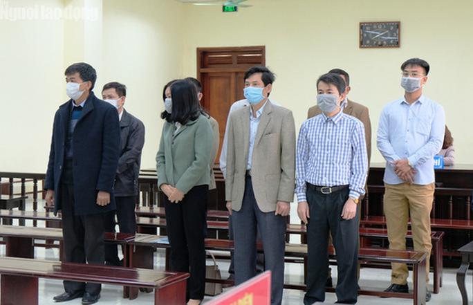 5 cựu cán bộ Thanh tra tỉnh Thanh Hóa đeo khẩu trang hầu tòa về tội Nhận hối lộ - Ảnh 1.