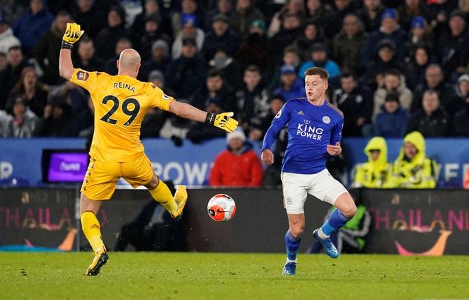 Sao 33 tuổi rực sáng, Leicester mở tiệc bàn thắng ở King Power - Ảnh 4.