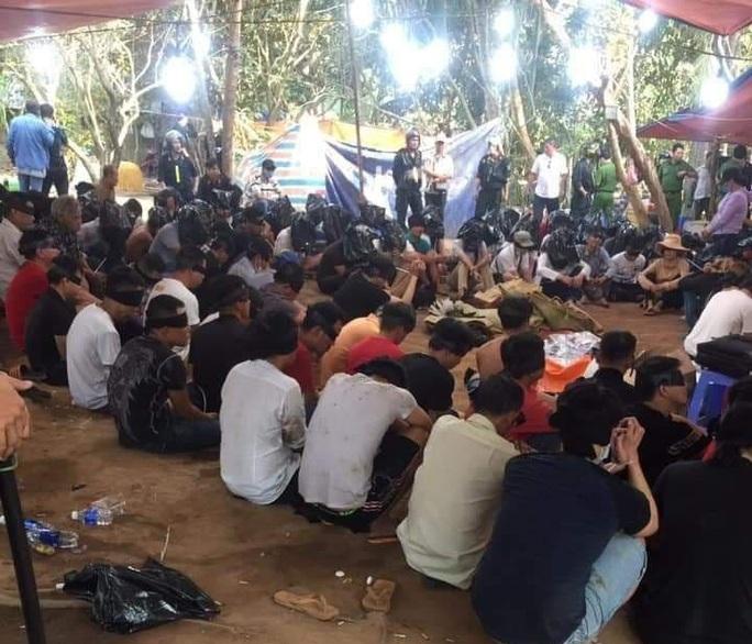 CLIP: Bộ Công an phá trường gà lớn ở Tiền Giang, xử lý hàng trăm đối tượng - Ảnh 2.