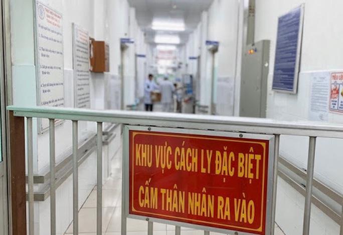 Nữ bệnh nhân thứ 32 mắc Covid-19 về Việt Nam bằng máy bay riêng - Ảnh 1.