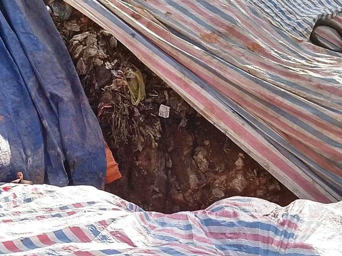 Cận cảnh bãi rác kinh hoàng trên đèo Bảo Lộc - Ảnh 4.