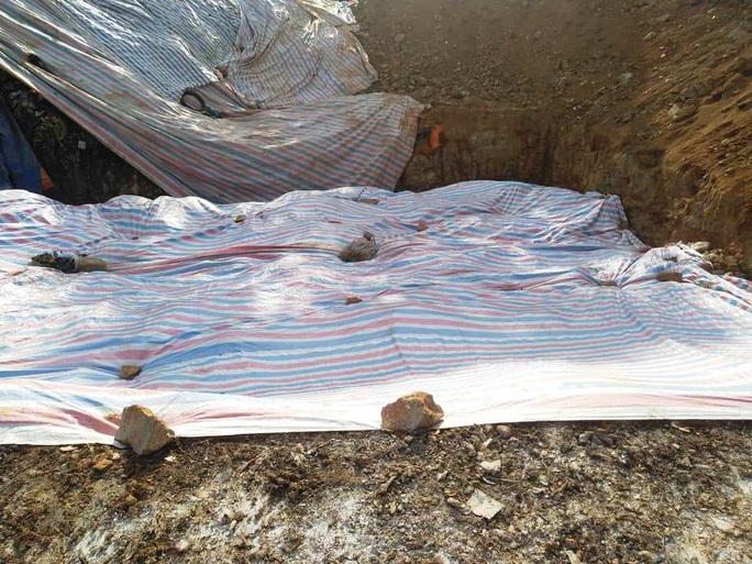 Cận cảnh bãi rác kinh hoàng trên đèo Bảo Lộc - Ảnh 6.