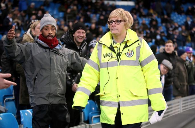 Hoãn trận đại chiến Man City - Arsenal vì Covid-19 - Ảnh 1.