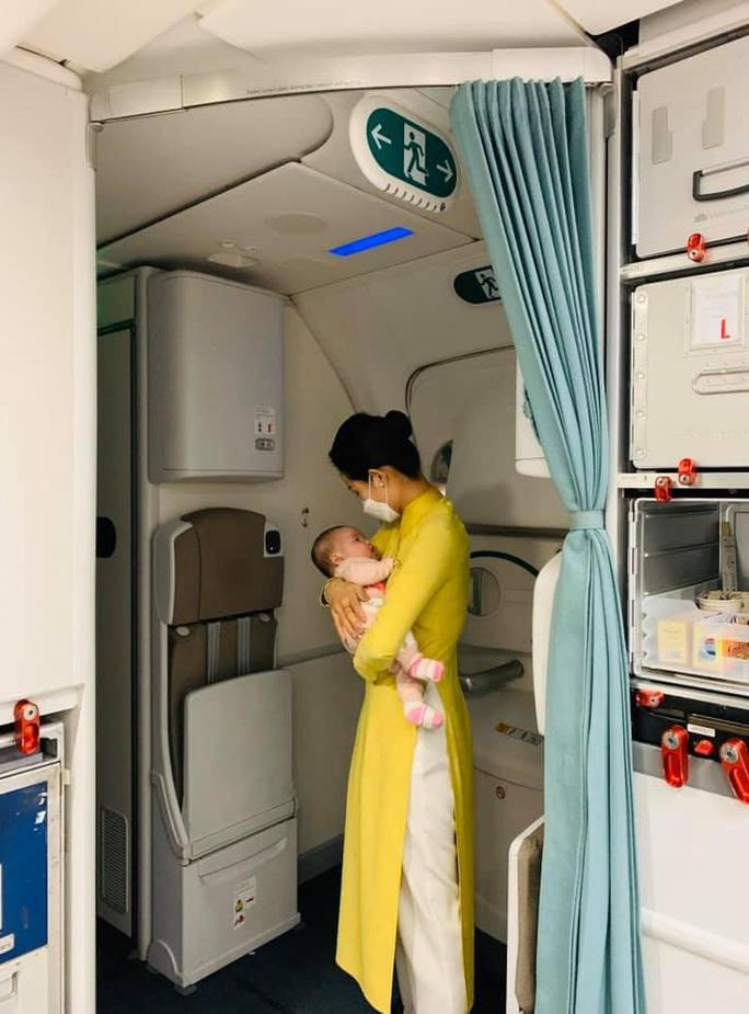 Nữ tiếp viên bế cháu bé 2 tháng tuổi trên máy bay từ Frankfurt về Hà Nội - Ảnh 2.