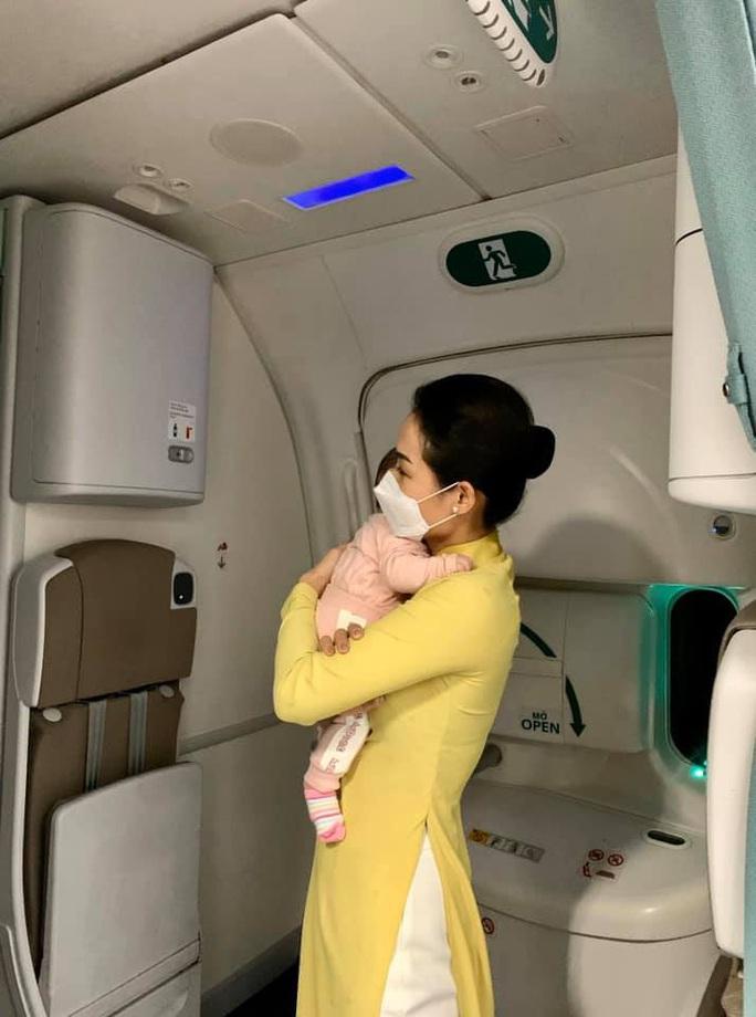 Nữ tiếp viên bế cháu bé 2 tháng tuổi trên máy bay từ Frankfurt về Hà Nội - Ảnh 3.