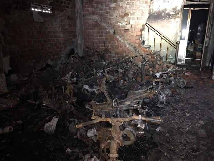 Đà Nẵng: 6 sinh viên may mắn thoát khỏi căn nhà đang cháy, 14 xe máy bị thiêu rụi - Ảnh 1.