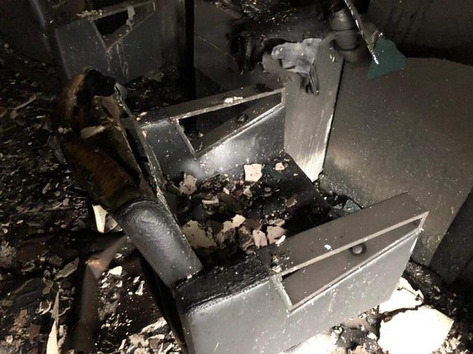 Đà Nẵng: 6 sinh viên may mắn thoát khỏi căn nhà đang cháy, 14 xe máy bị thiêu rụi - Ảnh 2.