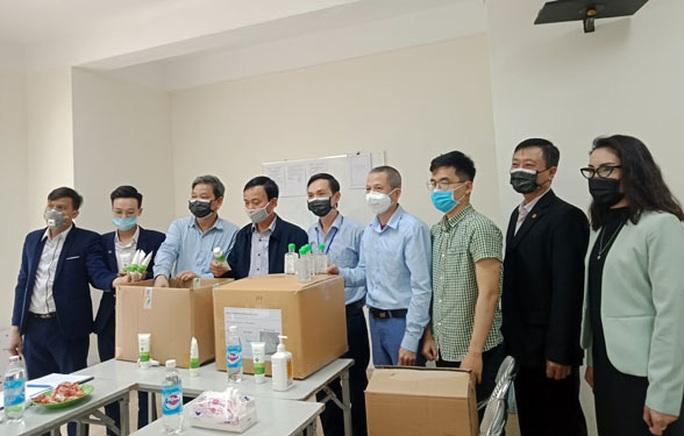 Hà Nội: Tặng 5.000 khẩu trang cho NLĐ vùng cách ly vì dịch bệnh - Ảnh 1.