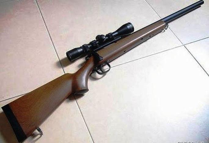Nghĩ súng hết đạn, chĩa vào đầu bạn đùa giỡn làm súng nổ khiến bạn nguy kịch - Ảnh 1.