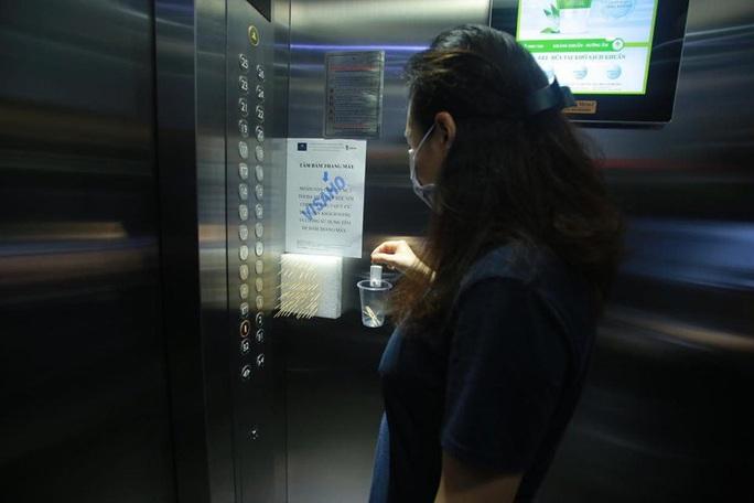 Trang bị tăm để... bấm nút thang máy phòng Covid-19 - Ảnh 2.