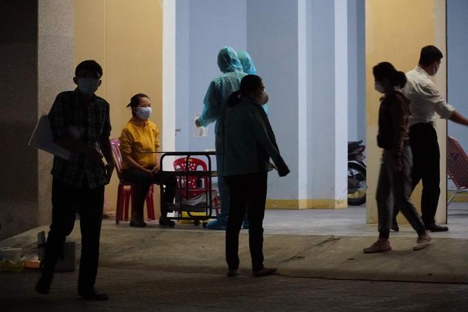 Trắng đêm cách ly người có nguy cơ mắc Covid-19 ở Bình Thuận - Ảnh 1.