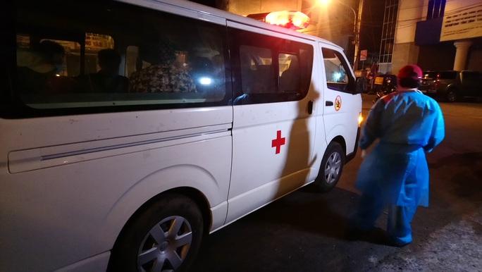 Trắng đêm cách ly người có nguy cơ mắc Covid-19 ở Bình Thuận - Ảnh 2.