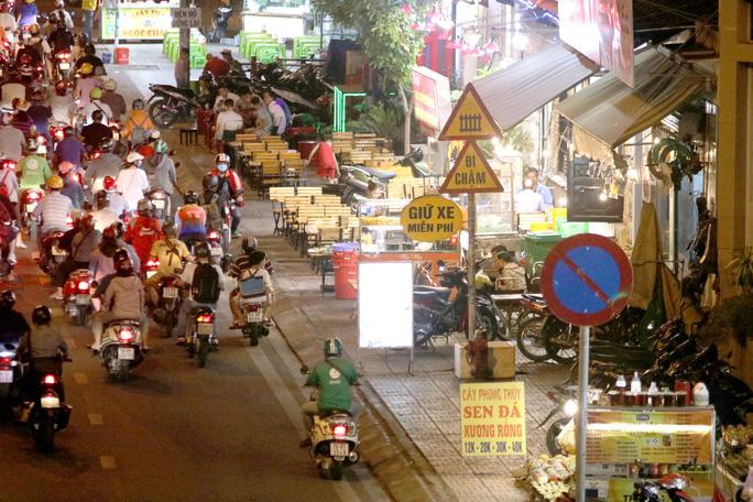 VIDEO: Vỉa hè tại TP HCM đang bị tái chiếm đến mức khó tin - Ảnh 4.