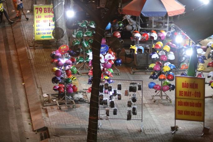 VIDEO: Vỉa hè tại TP HCM đang bị tái chiếm đến mức khó tin - Ảnh 3.