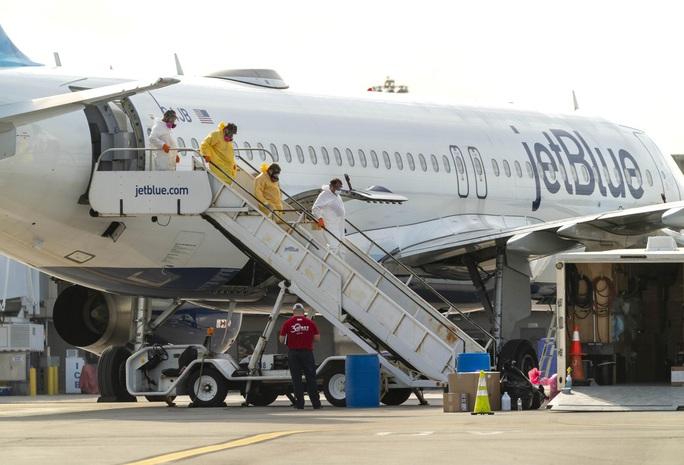 Máy bay hạ cánh mới thông báo mình bị nhiễm Covid-19 - Ảnh 1.