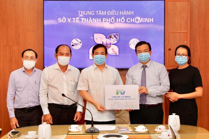 Bệnh viện FV đóng góp 1 tỉ đồng vào Quỹ phòng chống dịch Covid-19 - Ảnh 1.