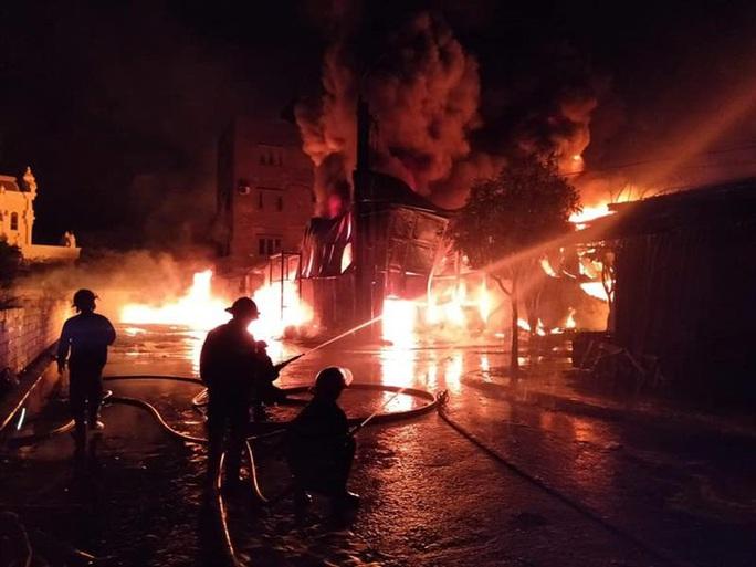 Cháy lớn kho chứa lốp ôtô và dầu nhờn sau tiếng nổ - Ảnh 1.