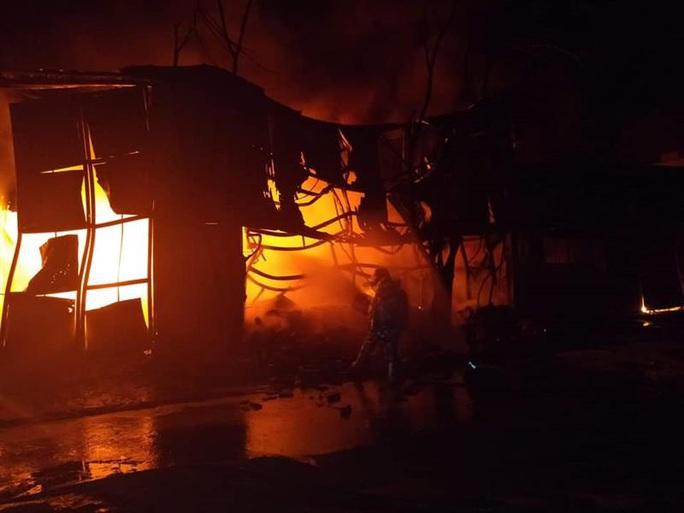 Cháy lớn kho chứa lốp ôtô và dầu nhờn sau tiếng nổ - Ảnh 2.