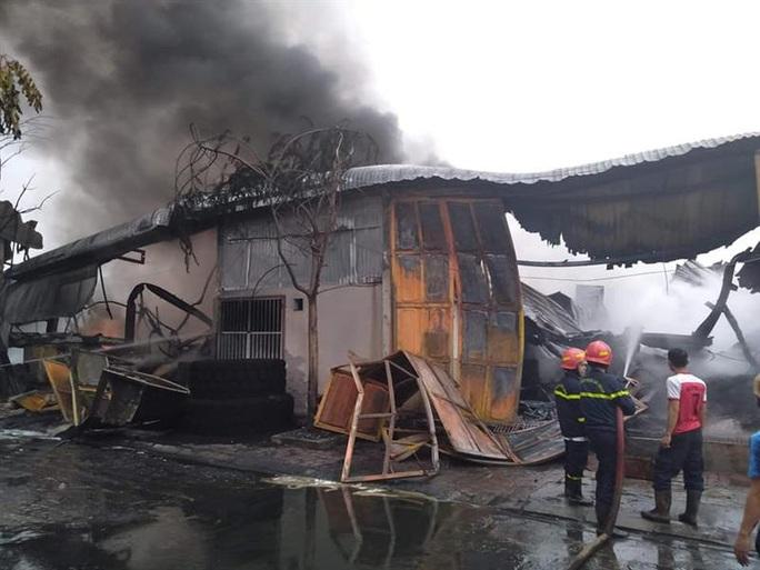 Cháy lớn kho chứa lốp ôtô và dầu nhờn sau tiếng nổ - Ảnh 3.
