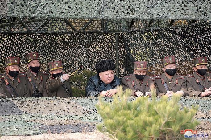Thị sát tập trận, ông Kim Jong-un không lo Covid-19? - Ảnh 1.