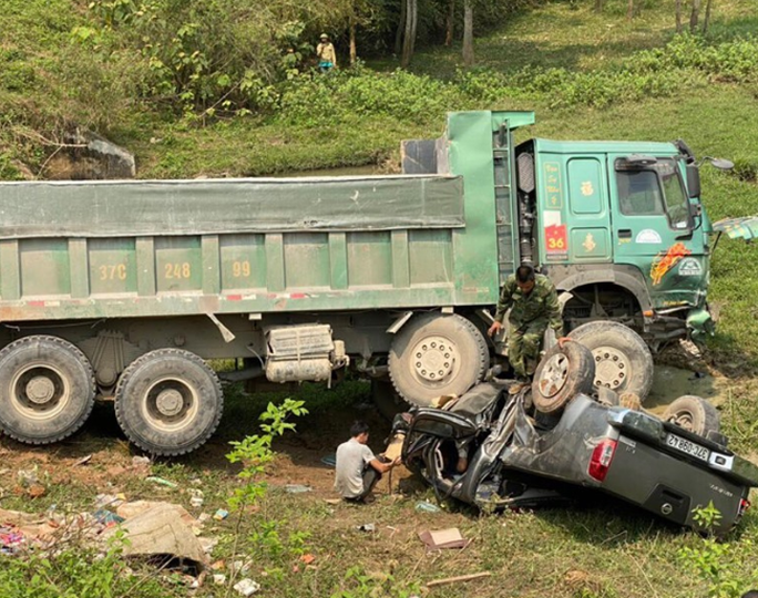 CLIP: Hiện trường vụ xe tải tông xe bán tải vỡ nát, 3 người nguy kịch mắc kẹt trong xe - Ảnh 2.