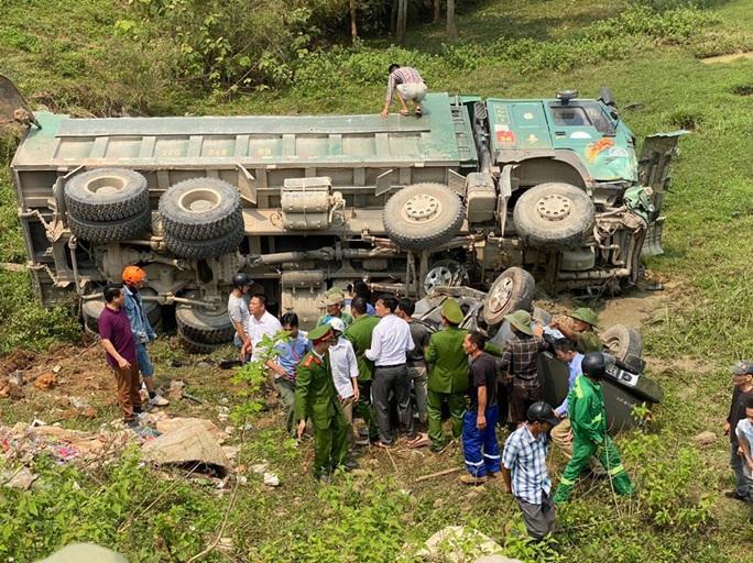 CLIP: Hiện trường vụ xe tải tông xe bán tải vỡ nát, 3 người nguy kịch mắc kẹt trong xe - Ảnh 4.