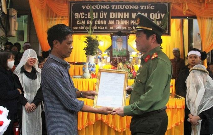 Bộ Công an thăng quân hàm cho đại úy hi sinh khi áp tải nghi phạm về trại tạm giam - Ảnh 1.