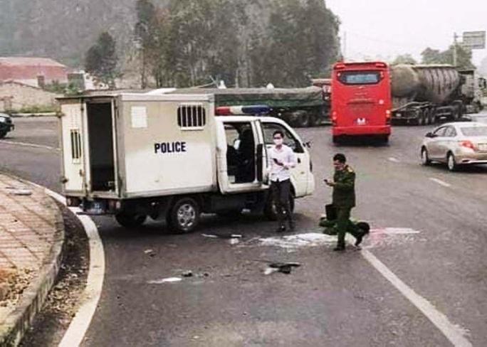 Lật xe ôtô chở phạm nhân, 3 chiến sĩ công an thương vong - Ảnh 1.