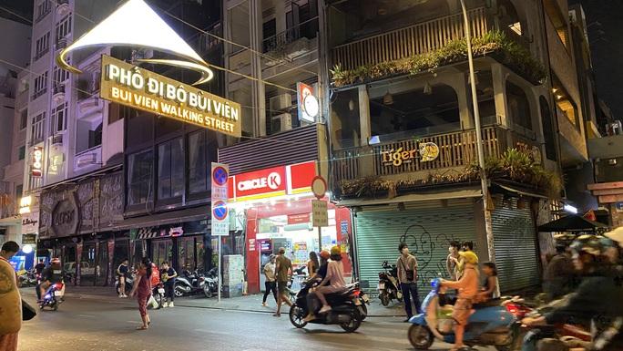 Đêm đầu tiên Phố Tây Bùi Viện nhận lệnh cấm hoạt động massage, karaoke, vũ trường - Ảnh 1.