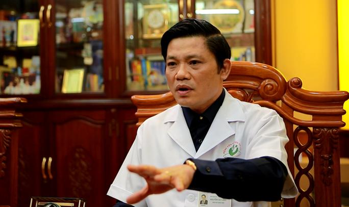 Giám đốc bệnh viện ví nhân viên y tế nhận phong bì là kẻ lừa đảo siêu hạng - Ảnh 1.