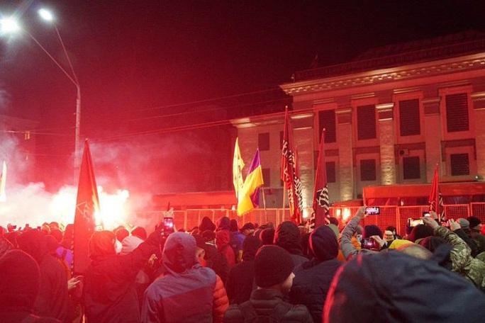 Đại sứ quán Nga tại Ukraine bị dội pháo sáng và bom khói - Ảnh 2.