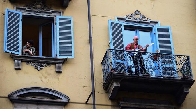 Covid-19 ở Ý: Thêm 175 ca tử vong, người dân hát từ ban-công nhà - Ảnh 8.