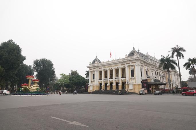 Phố phường Hà Nội vắng người đến lạ lùng vì dịch Covid-19 - Ảnh 5.