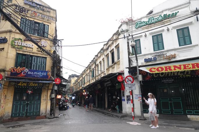 Phố phường Hà Nội vắng người đến lạ lùng vì dịch Covid-19 - Ảnh 1.