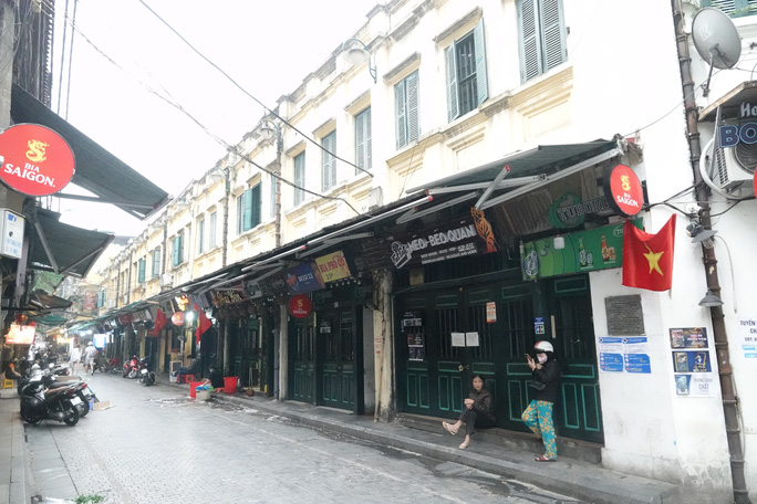 Phố phường Hà Nội vắng người đến lạ lùng vì dịch Covid-19 - Ảnh 3.