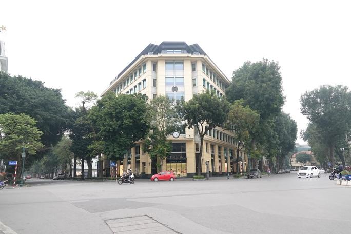 Phố phường Hà Nội vắng người đến lạ lùng vì dịch Covid-19 - Ảnh 4.