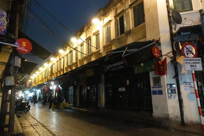 Phố phường Hà Nội vắng người đến lạ lùng vì dịch Covid-19 - Ảnh 9.
