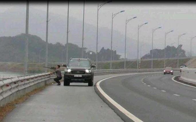Dừng xe bắn chim trên cao tốc, người đàn ông bị tước bằng lái, phạt nặng - Ảnh 1.