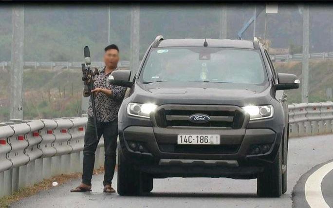 Dừng xe bắn chim trên cao tốc, người đàn ông bị tước bằng lái, phạt nặng - Ảnh 2.