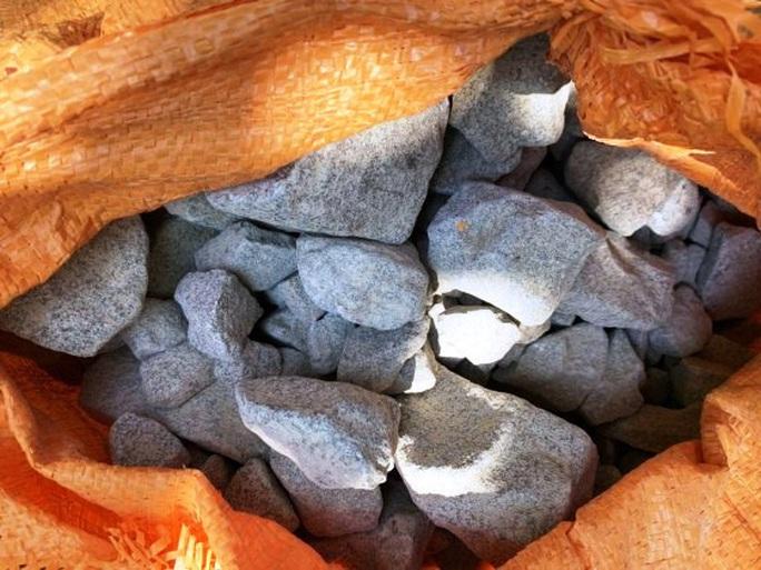 Quảng Bình: Khởi tố nhóm người buôn bán, vận chuyển hơn 2,5 tạ thuốc nổ quân sự - Ảnh 2.
