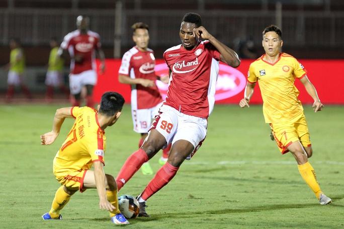 Siêu dự bị Xuân Nam ghi bàn, CLB TP HCM có ngôi đầu bảng - Ảnh 1.