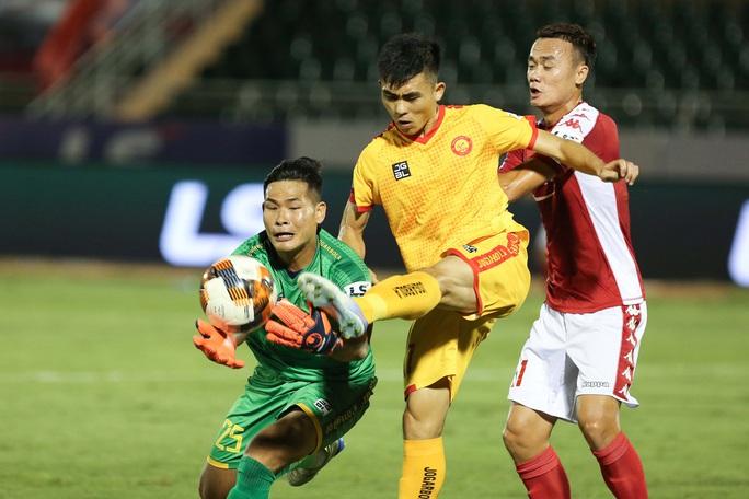 Siêu dự bị Xuân Nam ghi bàn, CLB TP HCM có ngôi đầu bảng - Ảnh 5.